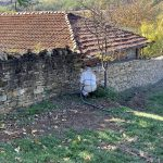 Почистване на каменен зид
